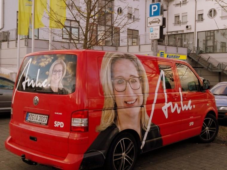 Der Anke-Bus auf Promo-Tour durch Schwalbach.